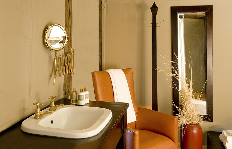 Chalet bathroom. Wolwedans Dunes Lodge, Namibia. © Wolwedans